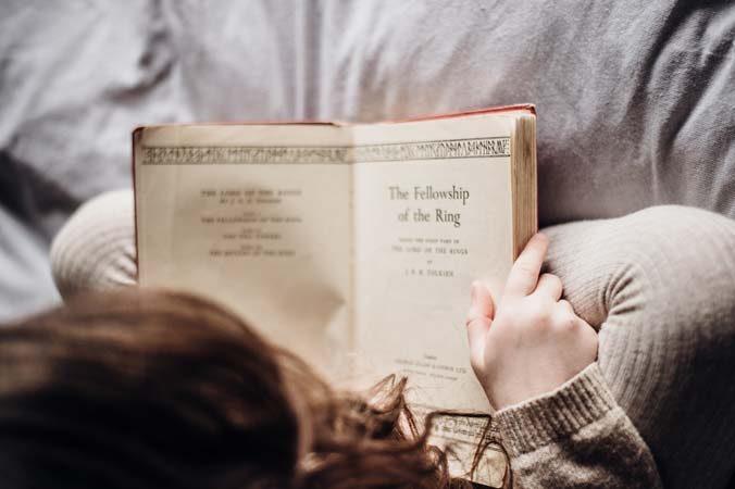 niña leyendo tolkien
